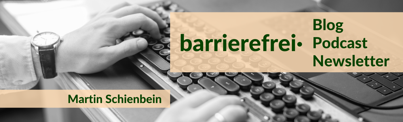 """Beigefarbenes Textfeld, darauf in dunkelgrüner Schrift """"barrierefrei· Blog Podcast Newsletter, Martin Schienbein"""". Dahinter sind in schwarz-weiß Hände auf einer Tastatur zu sehen."""